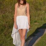 Złota bluzka i biała spódnica